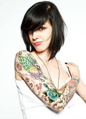 Ragazza con tatuaggio sul braccio